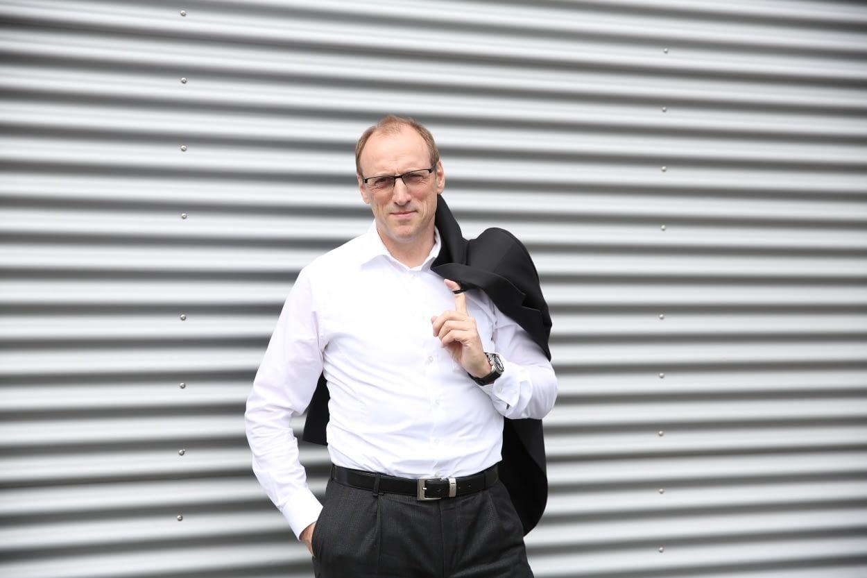 Unternehmer Bernhard Münz vor dem Lagergebäude der münz teamkleidung GmbH in Montabaur